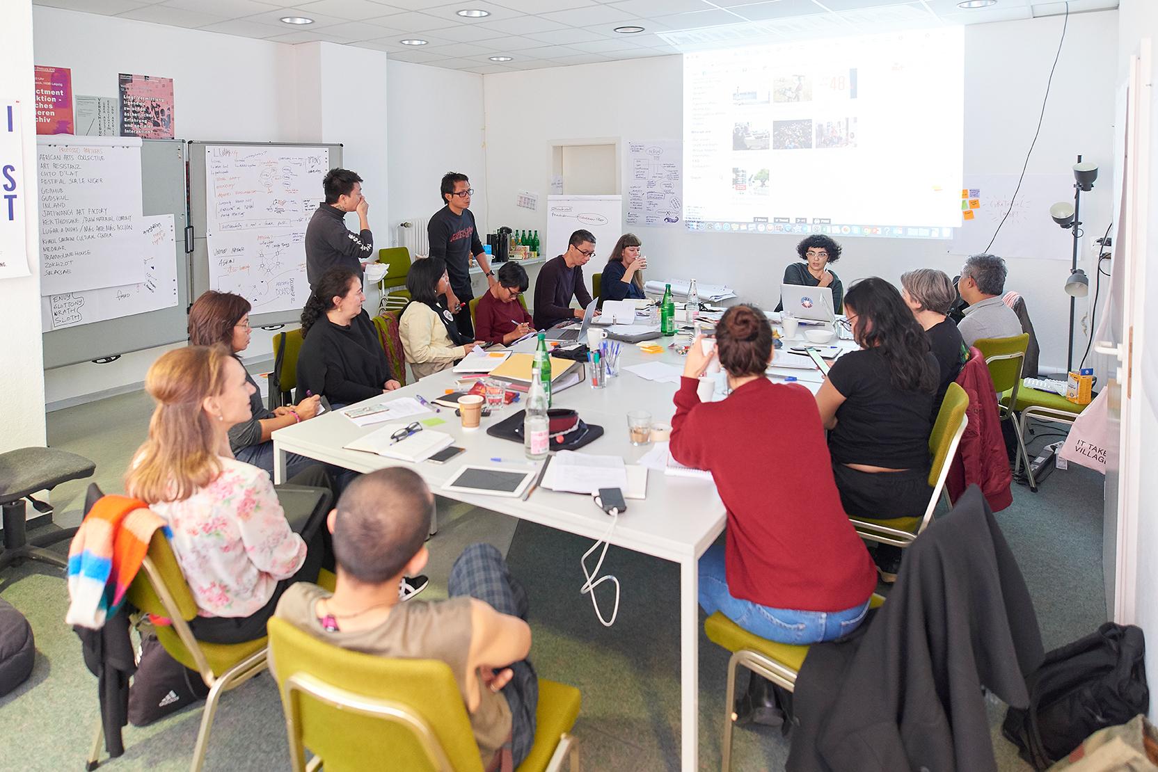 Das Artistic Team der documenta fifteen bei seinem ersten Treffen in Kassel