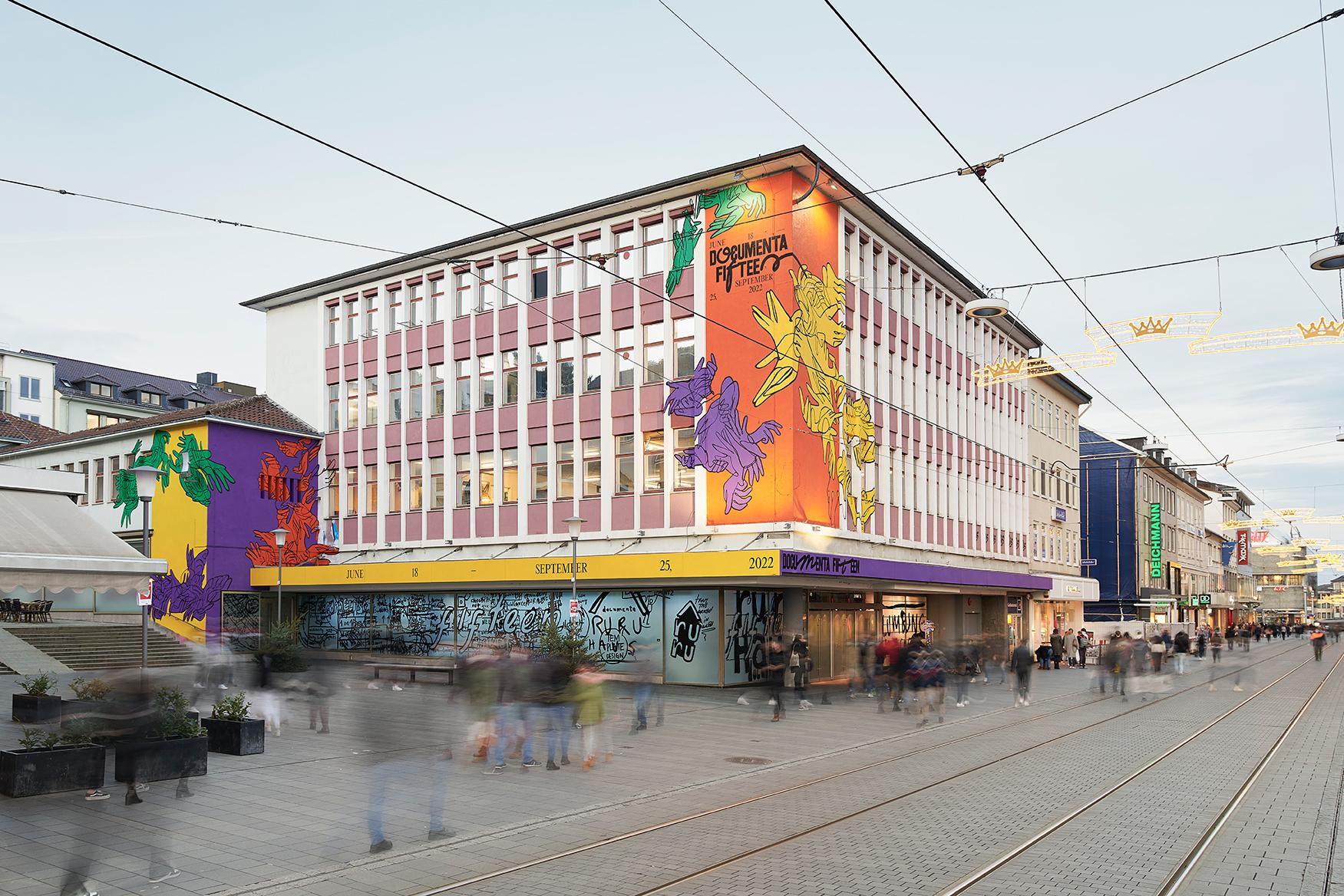 Das Erscheinungsbild der documenta fifteen an der Fassade des ruruHaus