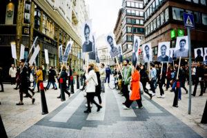 Eine Neuinszenierung von Endre Tóts Gladness Demos der 1970er Jahre von Kristóf Kovács in der Telep Gallery, als Teil von GAUDIOPOLIS 2017/OFF-Biennale Budapest