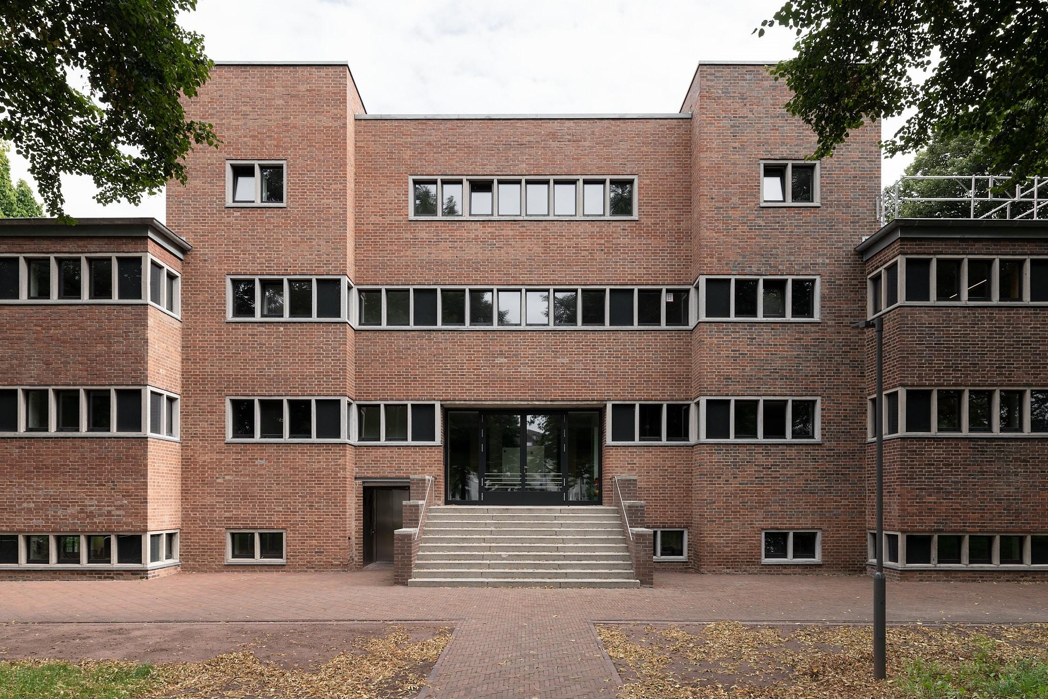 Die Außenansicht des Hallenbad Ost in Kassel.