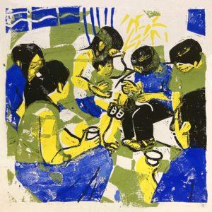 Farbdruck eines Holzschnitts zeigt eine Gruppe Menschen zusammen sitzend, ein Kind ist auf dem Schoß, einige haben Becher in der Hand. Die Stimmung ist warm, in blau, gelb und grünen Fraben.