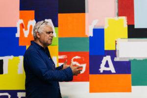 Richard Bell vor einem seiner Kunstwerke.