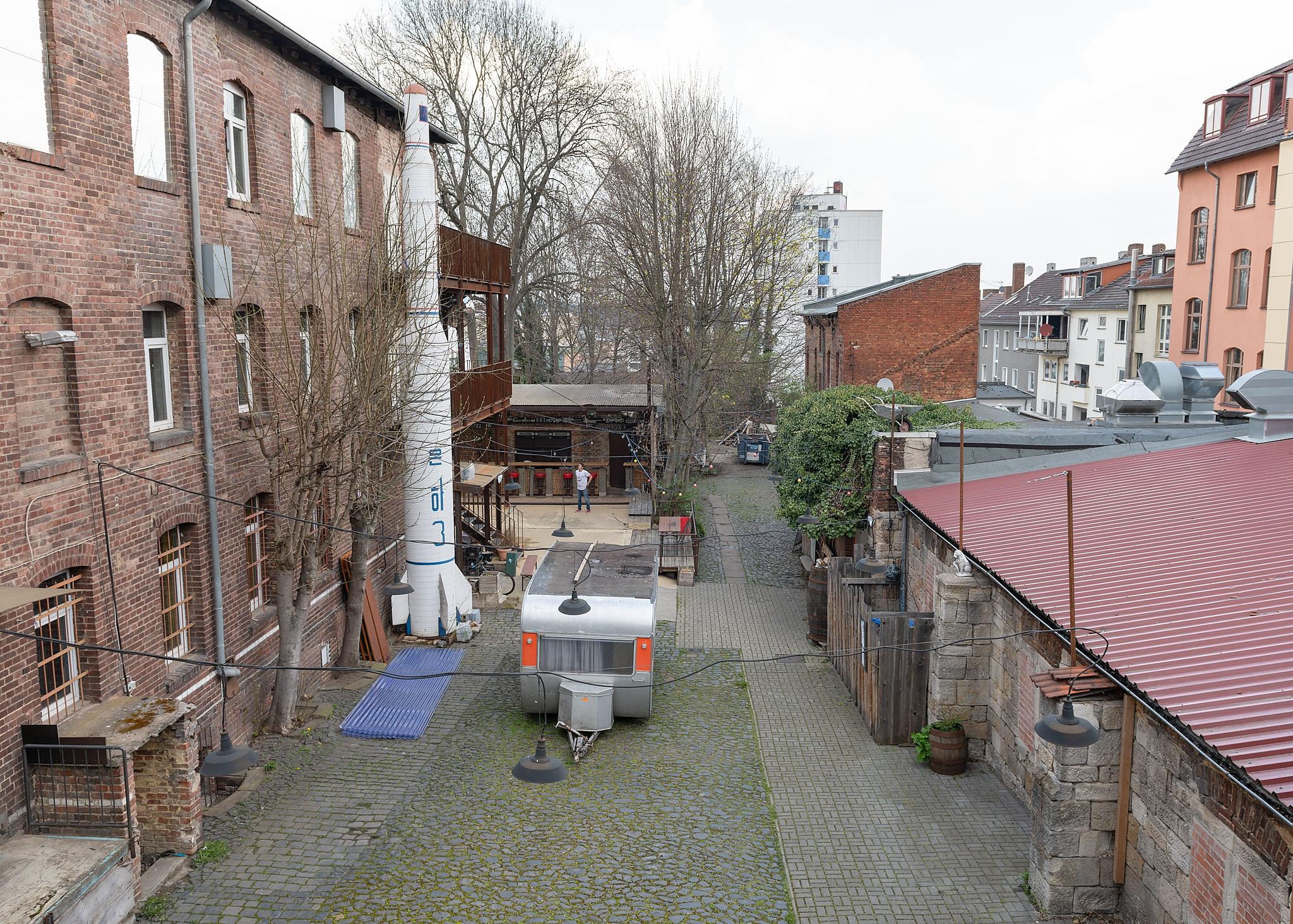 Ein Foto von der Werner-Hilpert-Straße 22, einem Ausstellungsort der documenta fifteen, von hinten