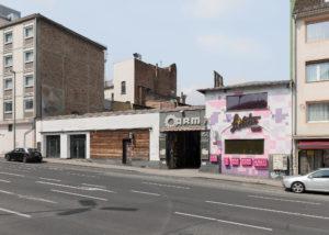 Ein Foto von der Werner-Hilpert-Straße 22, einem Ausstellungsort der documenta fifteen, von der Straße aus gesehen